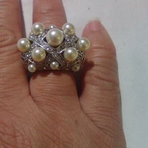 Ring with rhinestones and pearls